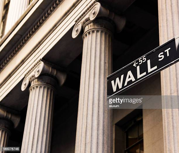 wall street in new york city - wall street stock-fotos und bilder