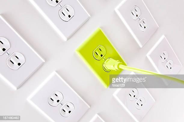 Wand weiß elektrische Stecker mit eine grüne Kordel und outlet