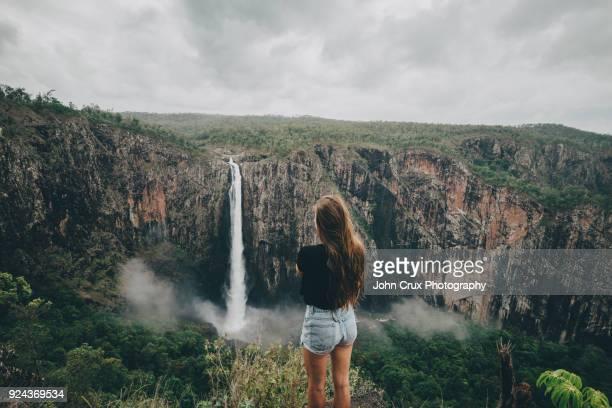 wallaman falls tourist - townsville australia fotografías e imágenes de stock