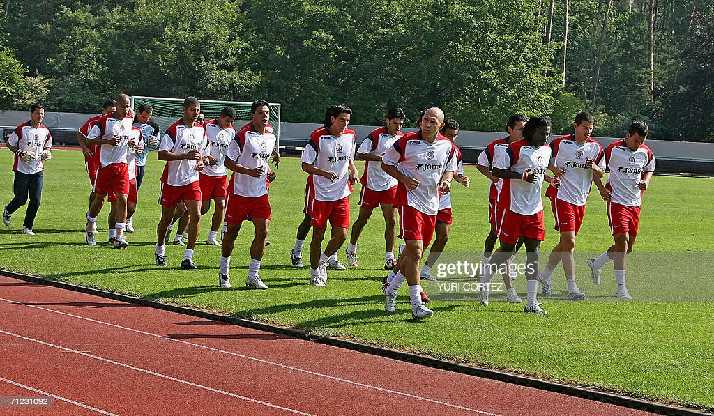 Costa Rican footballers jog during a tra : News Photo