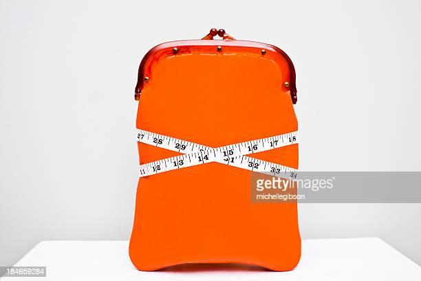 Brieftasche mit einem Maßband um es