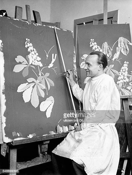 wallpapers painter Werner Giepel painting a floral design for a wallpaper 1950 Photographer Usa Borchert Vintage property of ullstein bild