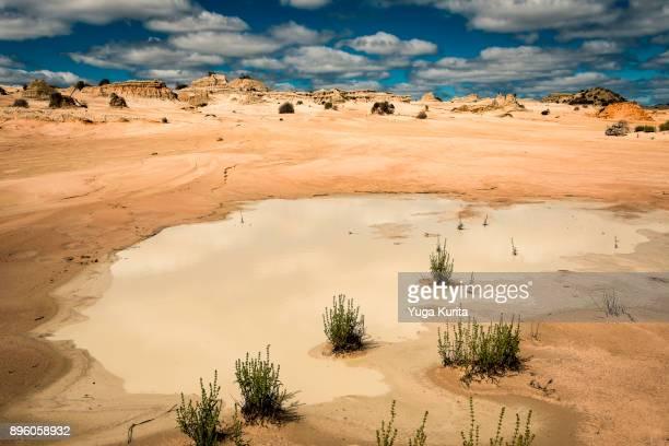 walls of china in mungo national park - lehm mineral stock-fotos und bilder