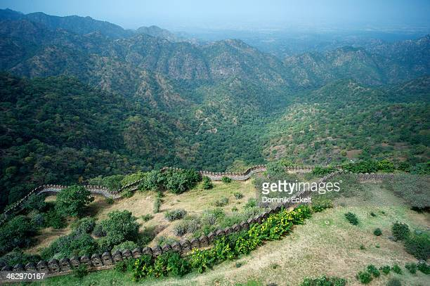 walls of kumbalgarh - hügelkette stock-fotos und bilder