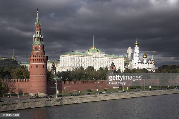 walls of the kremlin with the grand kremlin palace and cathedral behind, moscow, russia - state kremlin palace bildbanksfoton och bilder