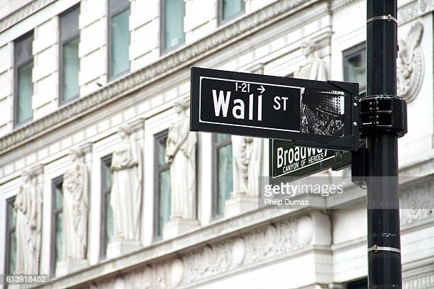 wallstreet signage - wall street lower manhattan stock pictures, royalty-free photos & images