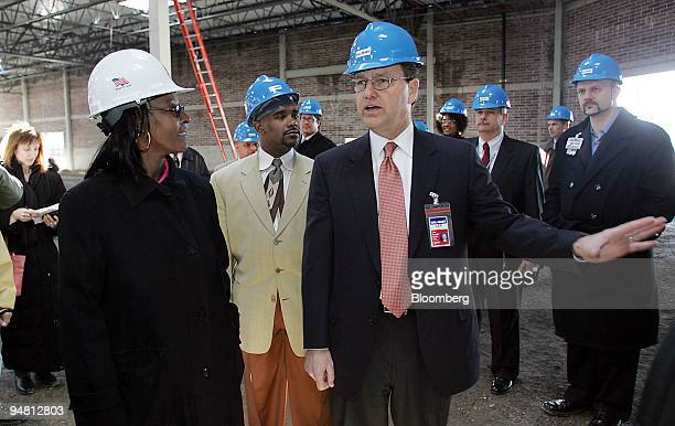 WalMart Chief Executive Officer Lee Scott right talks with Chicago's 37th Ward Alderwoman Emma Mitts during a tour of a WalMart store under...