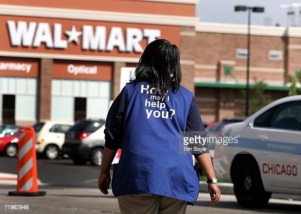 WalMart employee Anna Hines walks through the parking lot of the soontoopened WalMart September 21 2006 in Chicago Illinois The controversial new...
