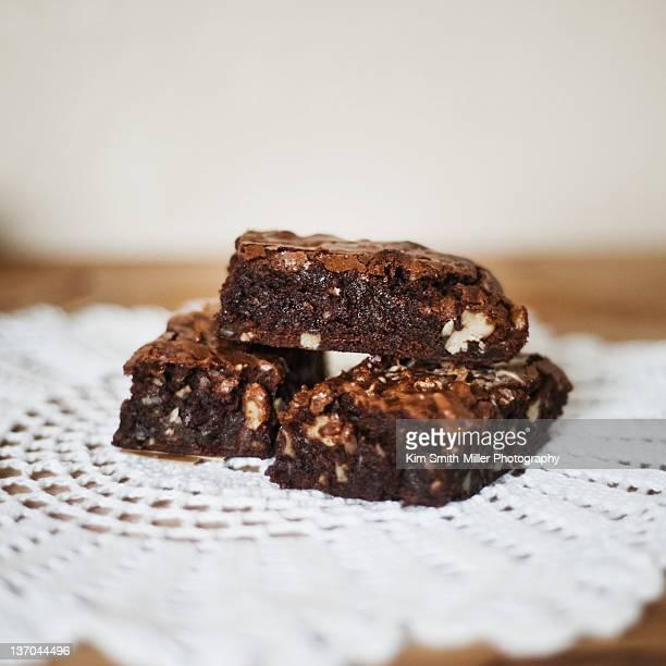 walnut fudge brownies - doily fotografías e imágenes de stock