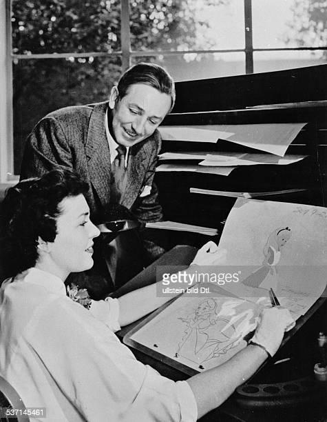 Walt Disney Filmproduzent USA mit einer Mitarbeiterin bei den Vorbereitungen zu einem Zeichentrickfilm 'Cinderella'