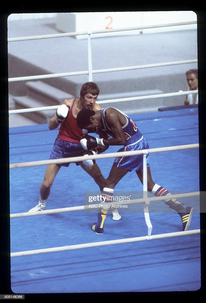 SIMION CUTOV (L) VS. HOWARD DAVIS, JR. : ニュース写真
