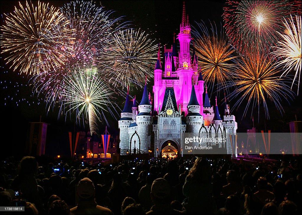 walt disney world - magic kingdom castle fireworks : ニュース写真