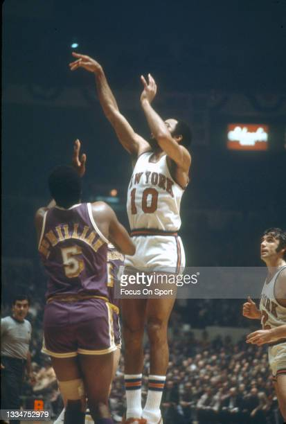 Walt Frazier of the New York Knicks shoots over Nate McMillian of the Los Angeles Lakers during an NBA basketball game circa 1978 at Madison Square...
