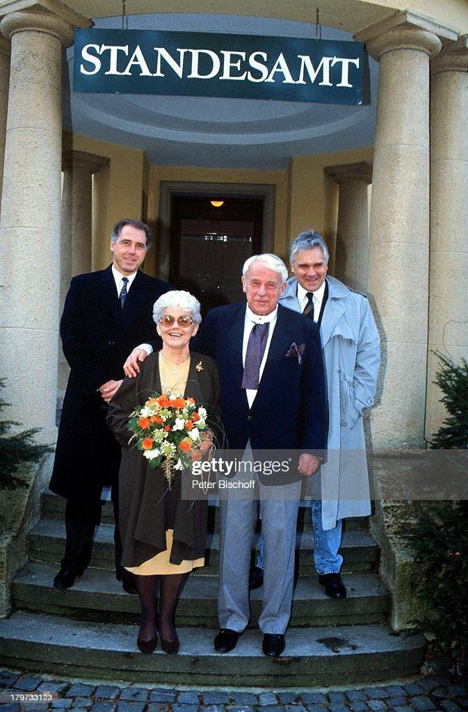 Walter Buschhoff mit Ehefrau Hedwig;Gilbert mit Trauzeugen Wolfg : Nachrichtenfoto