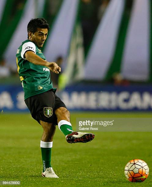 Walter Erviti of Banfield kicks the ball during a first leg match between Banfield and San Lorenzo as part of second round of Copa Sudamericana 2016...