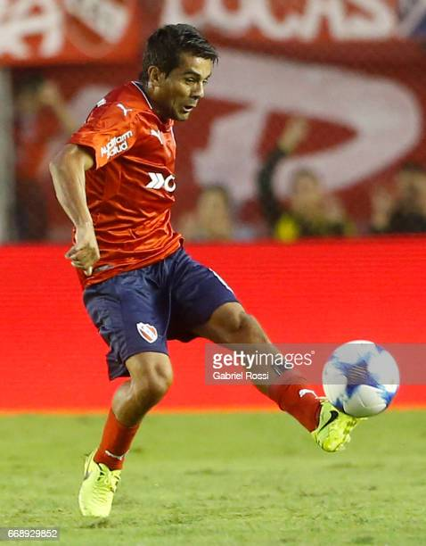 Walter Erviti of Independiente kicks the ball during a match between Independiente and Atletico de Rafaela as part of Torneo Primera Division 2016/17...