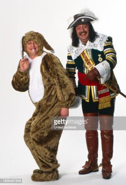 Walter Freywald als Hase und Harry Wijnvoord in der Uniform des Reitercorps Jan von Werth im Fotostudio von RTL in Köln, Deutschland um 1995.