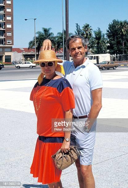 """Walter Giller mit Ehefrau Nadja Tiller , am Rande der Dreharbeiten zur ZDF-Reihe """"Traumschiff"""", Folge 8 + Folge 11 , Landausflug in Montevideo,..."""