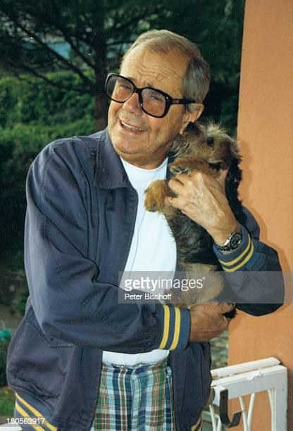 """Walter Giller, Norfolk-Terrier """"Mimsy"""", privat,;Schweiz, Balkon seiner Wohnung, Hund, Tier,"""