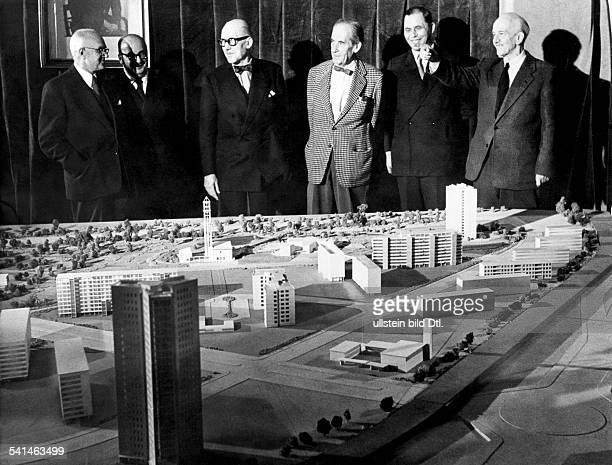 Walter Gropius*18051883Architekt Dmit dem Komitee der Internationalen Bauaustellung vor einem Modell des Hansaviertel in Berlin vl der ehemalige...