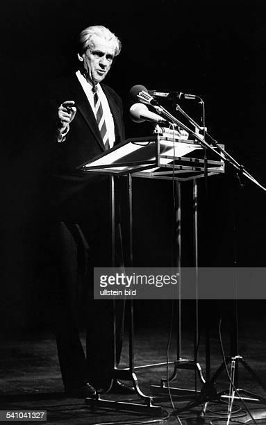 Walter Jens *Literaturwissenschaftler Schriftsteller DPraesident der Akademie der Kuenste Berlinbei einer Rede1991