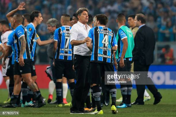 Walter Kannemann of Gremio reacts with the head coach Renato Gaucho after the first leg match between Gremio and Lanus as part of Copa Bridgestone...