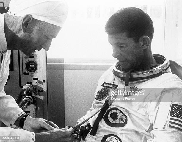 Walter M Schirra et un technicien de la Nasa effectuant des tests avant le lancemant de 'Gemini 6', à Cap Kennedy, Floride, le 18 octobre 1965.