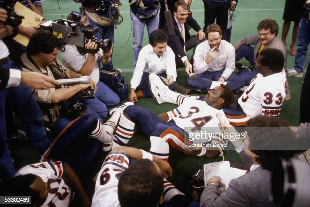 Walter Payton and Calvin Thomas of the Chicago Bears talk to reporters during Super Bowl XX Media Day at the Superdome on January 21 1986 in New...
