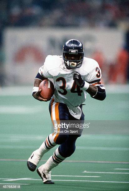 Walter Payton of the Chicago Bears carries the ball against New England Patriots during Super Bowl XX January 26, 1986 at the Louisiana Superdome in...