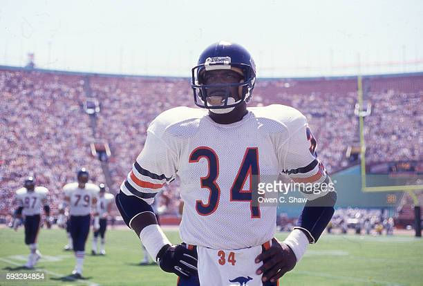 Walter Payton of the Chicago Bears circa 1987 prepares to play against the Los Angeles Raiders at the Coliseum in Los Angeles, California.