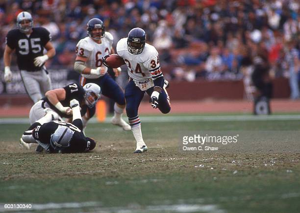 Walter Payton of the Chicago Bears circa 1987 rushes against the Los Angeles Raiders at the Coliseum in Los Angeles, California.