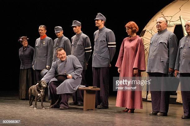 Walter Plathe Brigitte Grothum Komparsen Premiere Theaterstück Die Abenteuer des braven Soldaten Schwejk Berlin Theater am Kurfürstendamm Bühne...