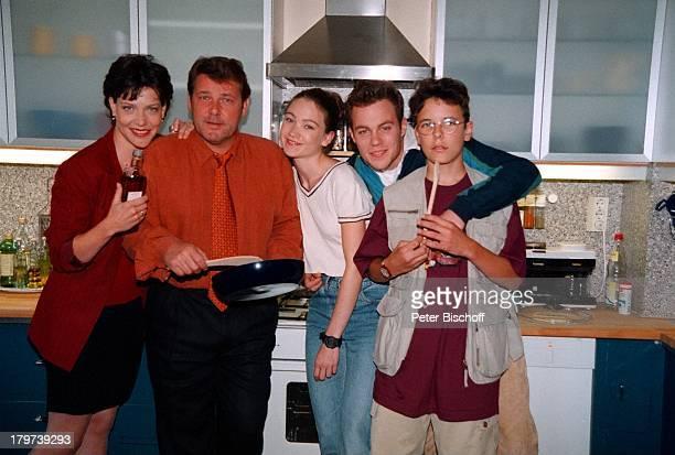 Walter Plathe und JaninaHartwig mit ihren TV KindernLisa Maria Potthoff Bernhard Piesk DavidLütgenhorst ARD Serie BeiAller Liebe Küche Pfanne...