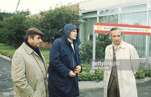 """Walter Richter, Hans Peter Hallwachs, Paul;Albert Krumm, , ARD-Serie,;""""Tatort"""", 1.Folge: """"Taxi nach Leipzig"""", bei;Leipzig, Schild, Trenchcoat, Mütze,..."""