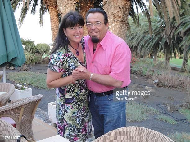 Walter Scholz Ehefrau Silvia Golfplatz bei Teguise Lanzarote Kanaren Kanarische Insel Spanien Europa Urlaub umarmen verliebt Trompeter Musiker E