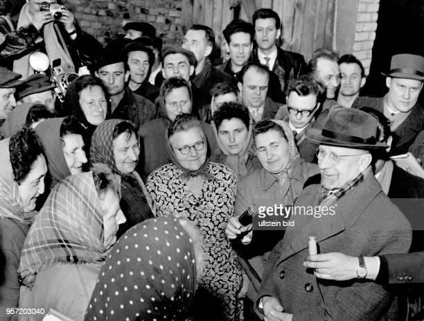 Walter Ulbricht, Erster Sekretär des ZK der SED und ab 1960 Vorsitzender des Staatsrates der DDR, im Gespräch mit Genossenschaftsbäuerinnen einer LPG...