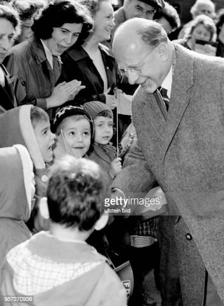 Walter Ulbricht, Erster Sekretär des ZK der SED und ab 1960 Vorsitzender des Staatsrates der DDR, wird bei einem Betriebsbesuch des VEB...