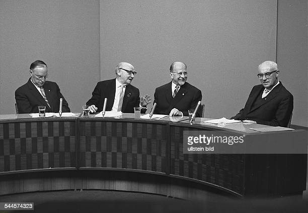 Walter Ulbricht Staatsratsvorsitzender der DDR und Generalsekretär der SED im Studio des Fernsehen der DDR aus Anlass des 100 SONNTAGSGESPRÄCH vl...