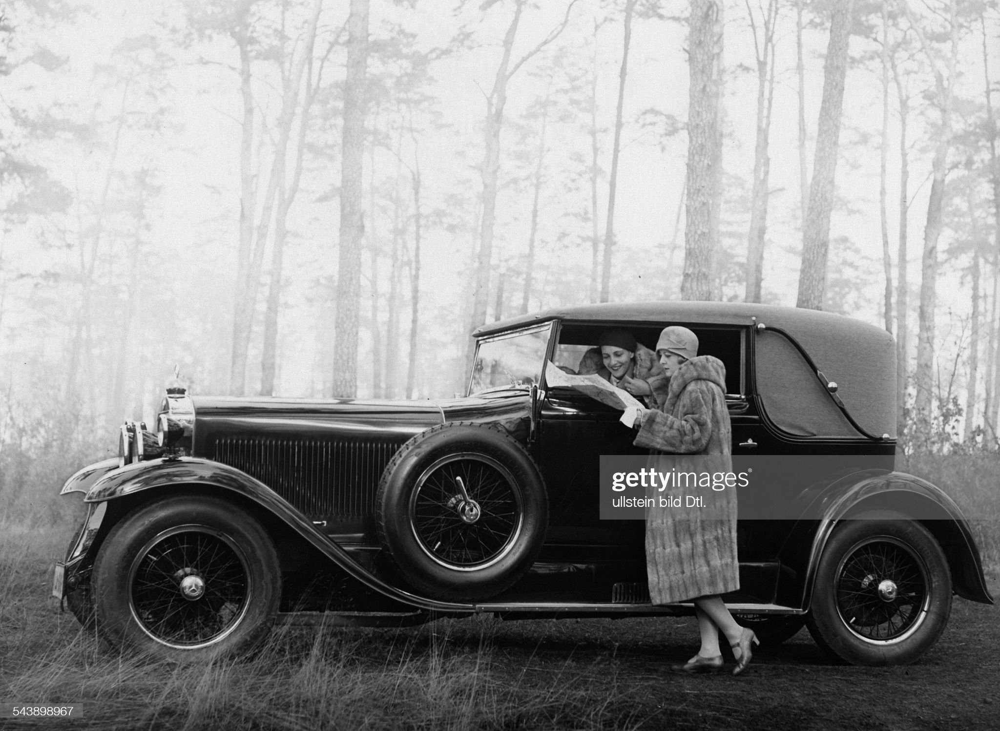 Walther, Hertha of - Actress, Germany*12.06.1903-12.04.1987+- in the car, read the map with Gritta Ley (r.) - Photographer: Atelier Binder- 1930Vintage property of ullstein bild : News Photo