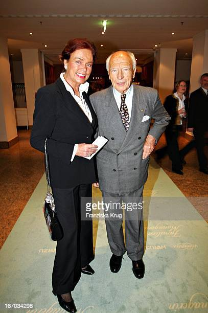 Walther Scheel Und Ehefrau Barbara Bei Verleihung Der Familienmanagerin 2004 Im Hotel Intercontinental In Berlin