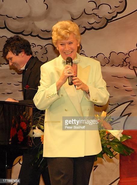 Waltraut Haas Auftritt zur Geburtstagsfeier zum 105 Geburtstag von J o h a n n e s H e e s t e r s nach Operette Im Weissen Rössl Theater Komödie im...