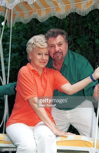 Waltraut Haas Ehemann Erwin Strahl Homestory Wien/ Österreich Garten HollywoodSchaukelMann