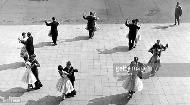 WalzerTanz im Freien1959