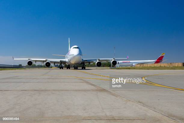 wamos air airplane taxiing at boryspil airport, ukraine - taxiing stock pictures, royalty-free photos & images