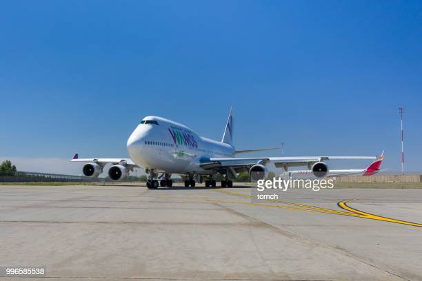 wamos air jet taxiing at boryspil airport in ukraine - taxiing stock pictures, royalty-free photos & images