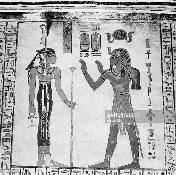 Wandbild im Grab des Pharao Ramses IV links die Göttin der GerechtigkeitMaat rechts Pharao Ramses IVum 1500 vChr Theben 1965