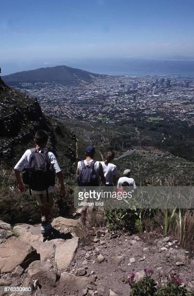 Wanderer am Tafelberg zu ihren Füssen die Stadt November 1999