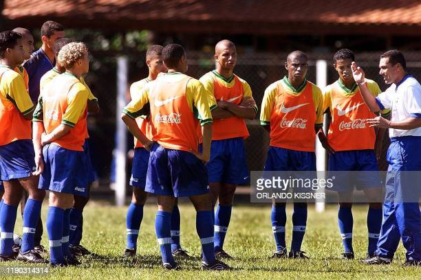 Wanderley Luxemburgo coach of the Brazilian soccer team instructs the team during practice 21 January 2000 in Londrina Brazil Wanderley Luxemburgo...