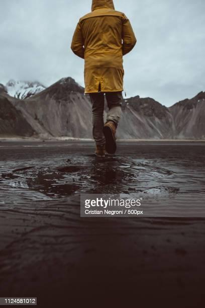 wanderlust explorer discovering icelandic natural wonders - land geografisches gebiet stock-fotos und bilder