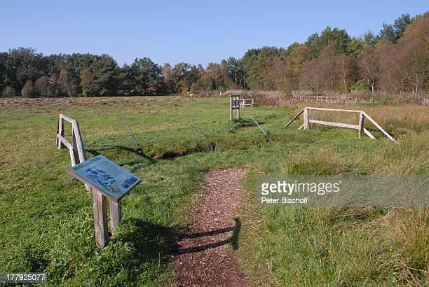 Wanderweg im Naturschutzgebiet Huvenhoopsmoor, Landkreis Rotenburg / Wümme, Niedersachsen, Deutschland, Europa, Schild, Moor, Natur, Reise,